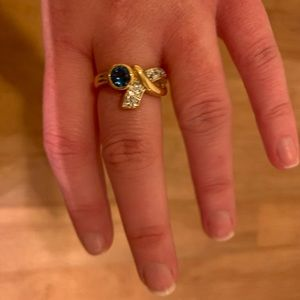 NWOT gold tone ring w/blue and clear crystals